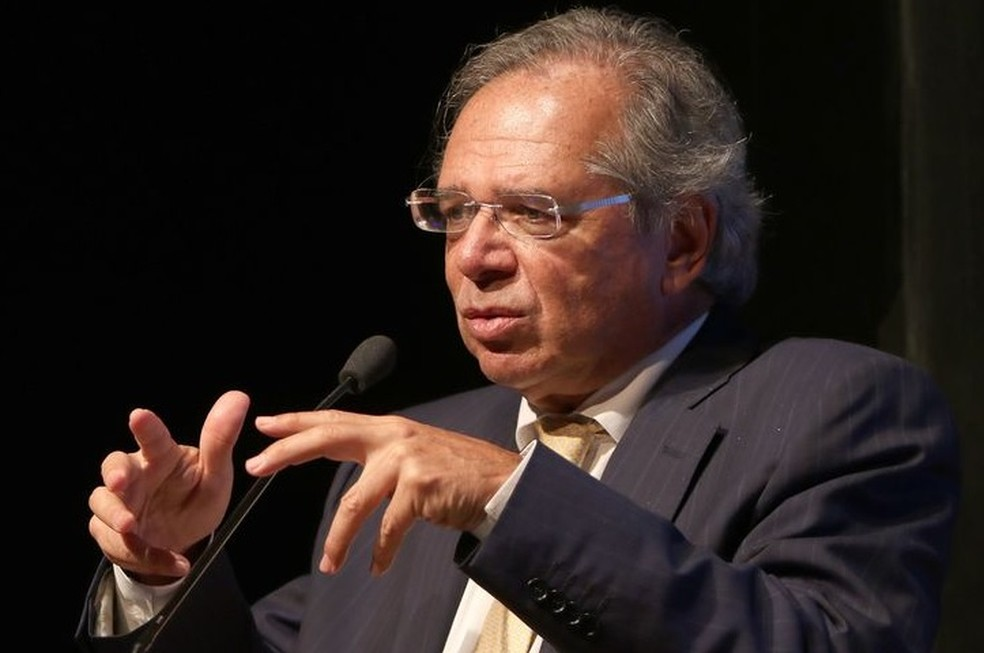 Como as decisões de Bolsonaro enfraquecem Paulo Guedes?