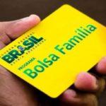Bolsonaro quer reajuste do Bolsa Família e Guedes busca recursos