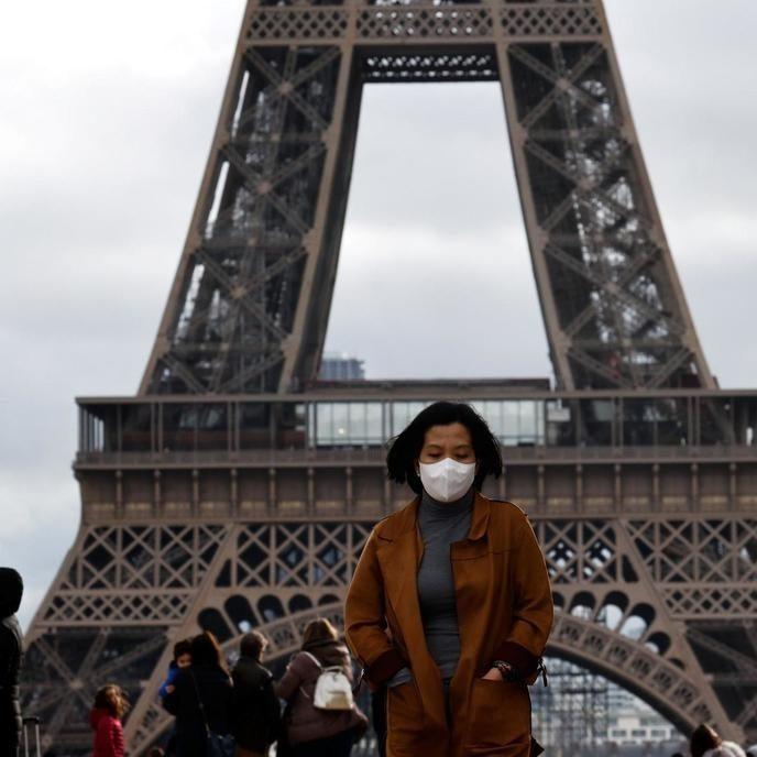 França decreta alerta máximo e endurece regras contra Covid-19