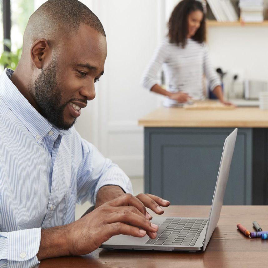 Um ano de home office: empresas se adaptaram e devem permanecer