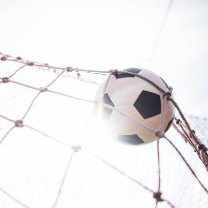 Atlético-MG bate o Santos e segue na briga pelo título