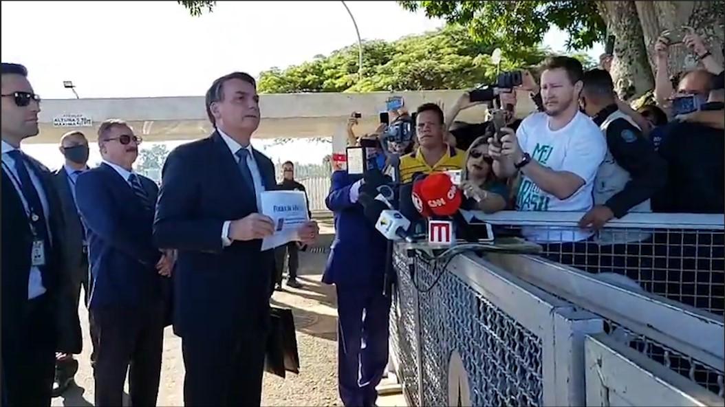 """Bolsonaro manda repórter """"calar a boca"""""""