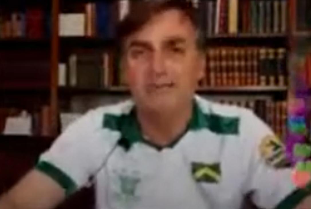 Bolsonaro faz piada em dia de recorde de mortes