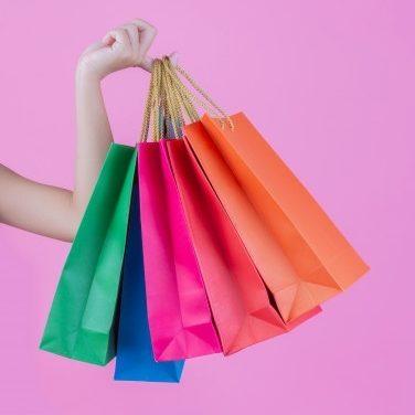 Brasileiros pretendem ir às compras mesmo com contas em atraso