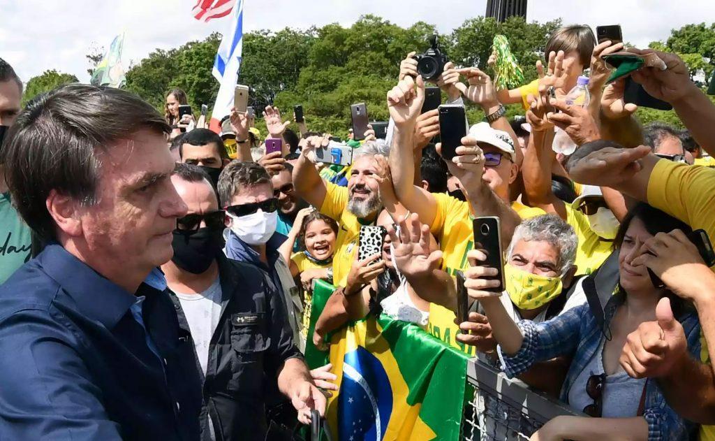 Bolsonaro volta a desrespeitar isolamento social e uso de máscara