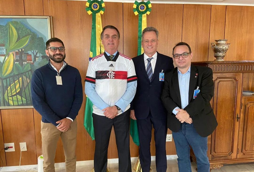 Jair Bolsonaro se reúne com presidentes de Vasco e Flamengo