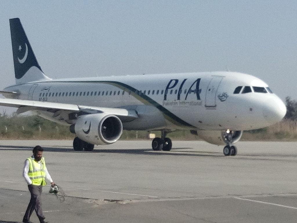 Avião cai no Paquistão com mais de 100 pessoas a bordo