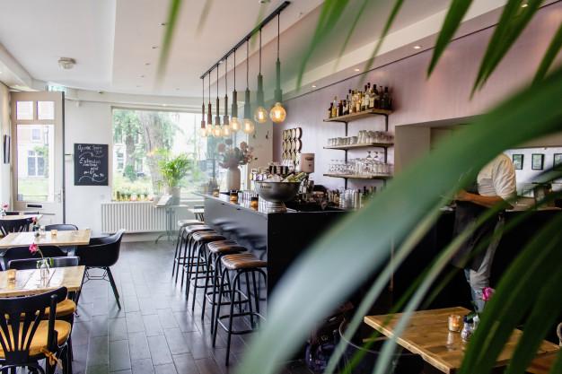 Bares e restaurantes têm baixa movimentação na retomada em SP