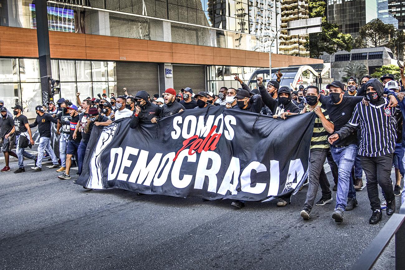 País tem manifestações contra e pró Bolsonaro neste domingo