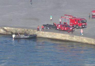 Helicóptero cai no Rio de Janeiro e dois tripulantes sobrevivem