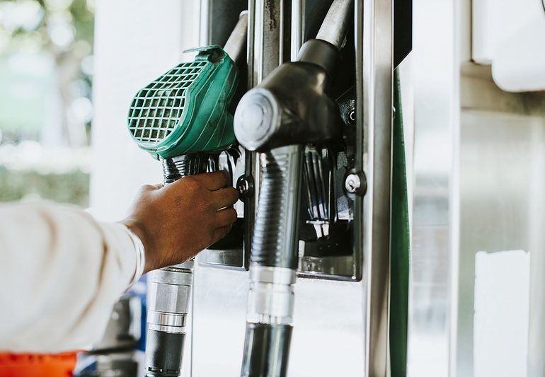 Gasolina melhor e mais cara começa a ser distribuída