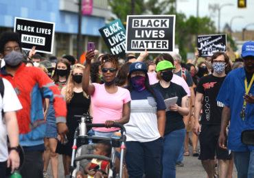 Motorista invade rodovia fechada e atropela manifestantes nos EUA