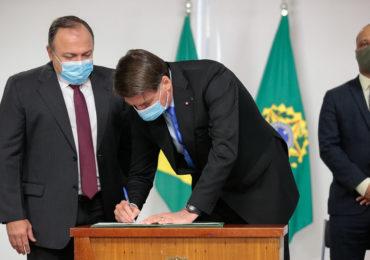 Bolsonaro assina MP que libera compra da vacina contra Covid