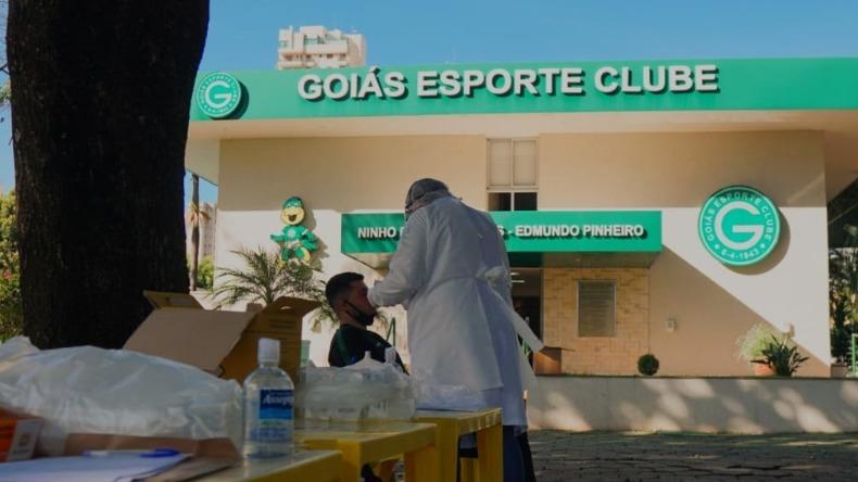 Jogadores do Goiás testam positivo para Covid e partida é adiada