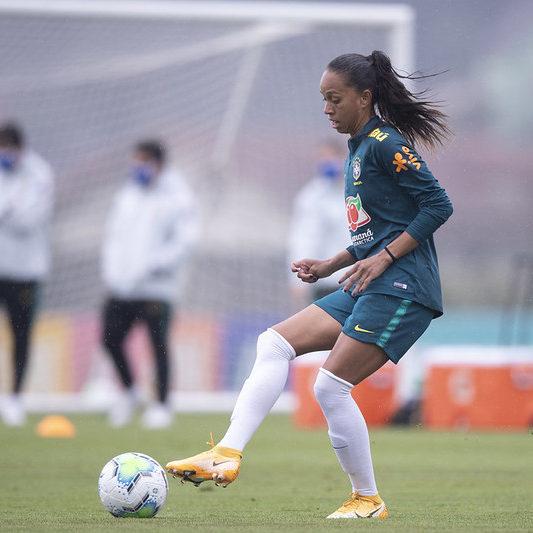 Zagueira elogia alto nível do Brasileiro Feminino A-1