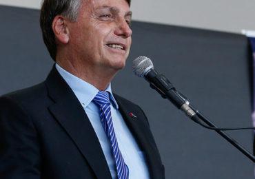 Bolsonaro muda discurso e diz que pode tomar vacina