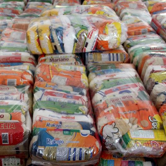 Comunidades carentes recebem 10 mil cestas básicas