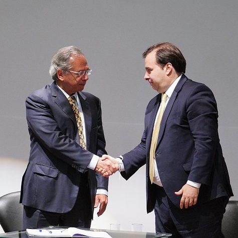 Maia e Guedes falam em recuperação econômica após reforma