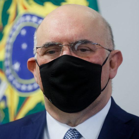 Ministro defende volta às aulas e critica corte de verbas do MEC