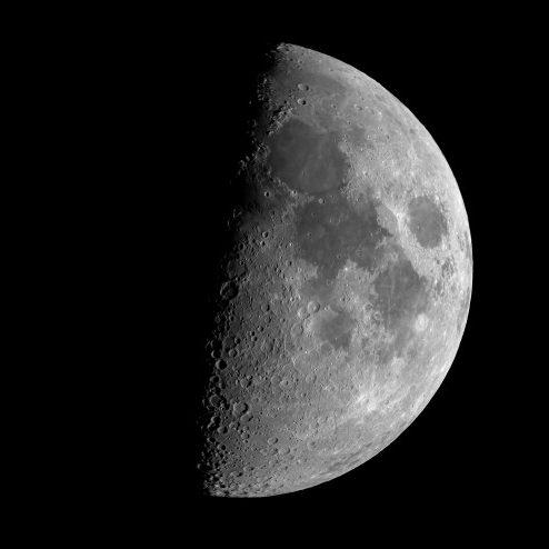 Como é a água encontrada no solo da Lua?