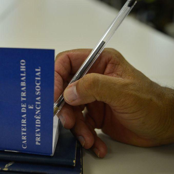Desemprego no Brasil recua pela primeira vez no ano