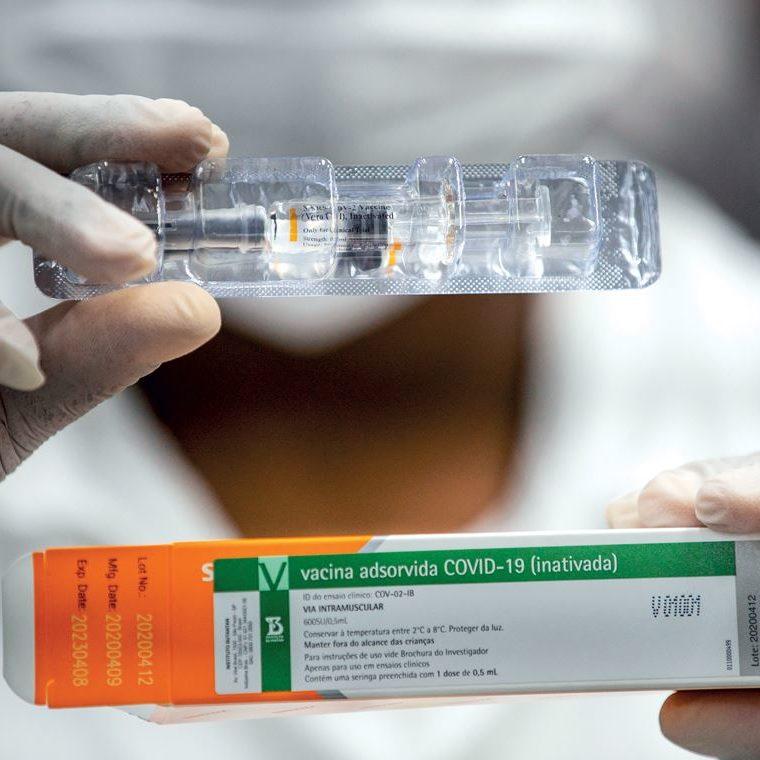 Maior lote com doses da vacina CoronaVac chega ao Brasil