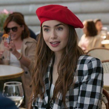 """Locações da série """"Emily em Paris"""" viram pontos turísticos"""