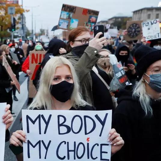 Protestos contra decisão que bane aborto ganham força na Polônia