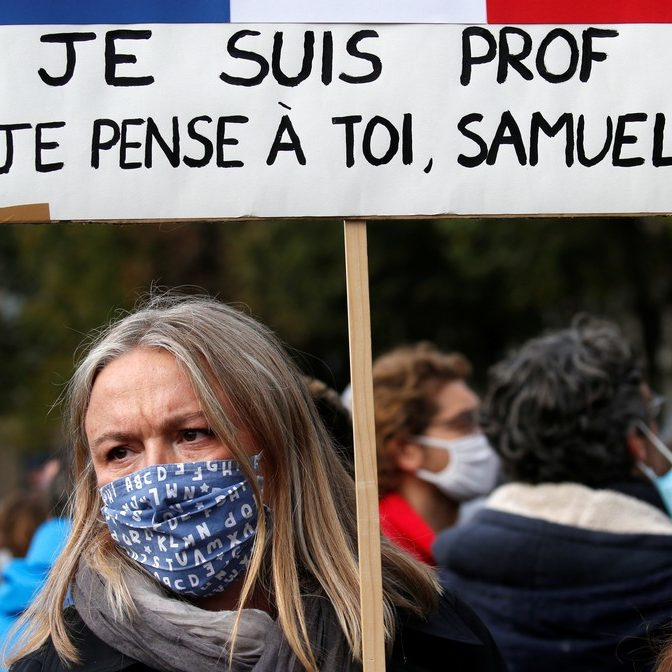 Multidões se manifestam na França em defesa de professor morto