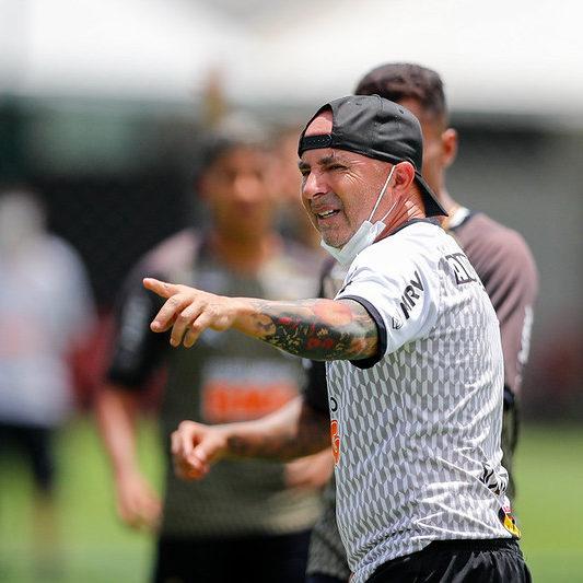 Atlético-MG busca manter a liderança do torneio contra o Ceará