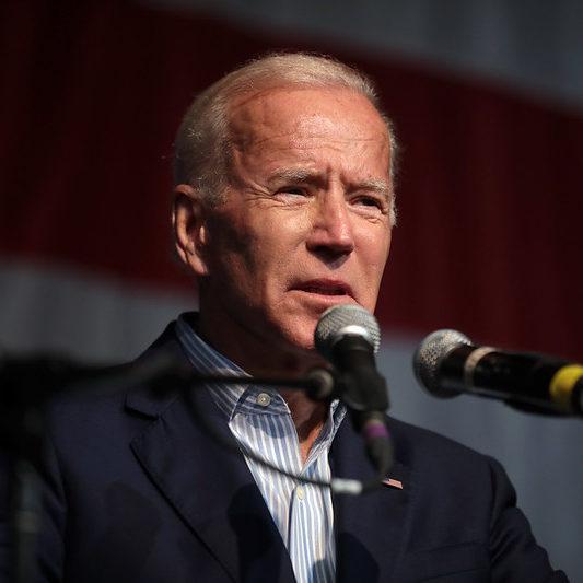 Biden completa 100 dias e promete planos assistenciais