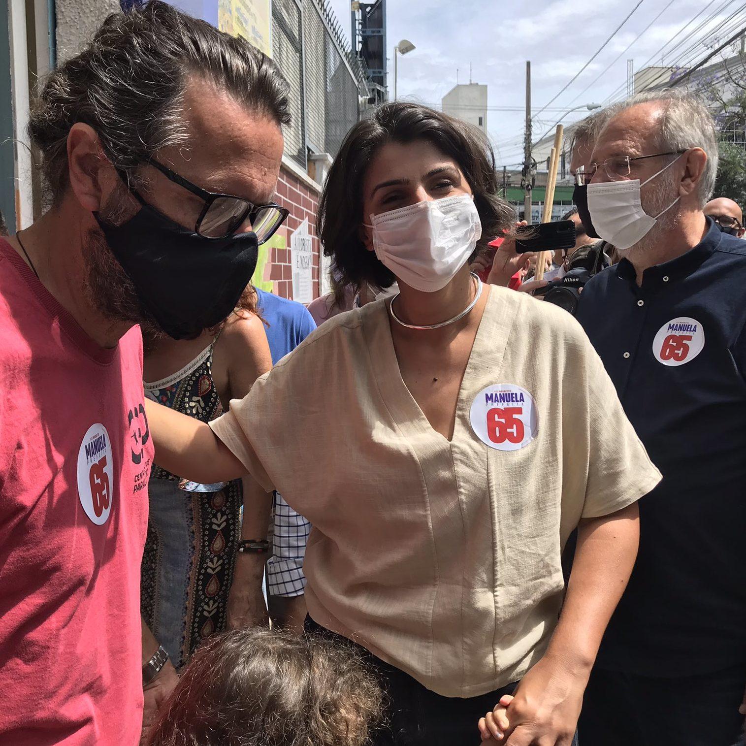 Manuela D'Ávila vota na capital do RS e se diz confiante