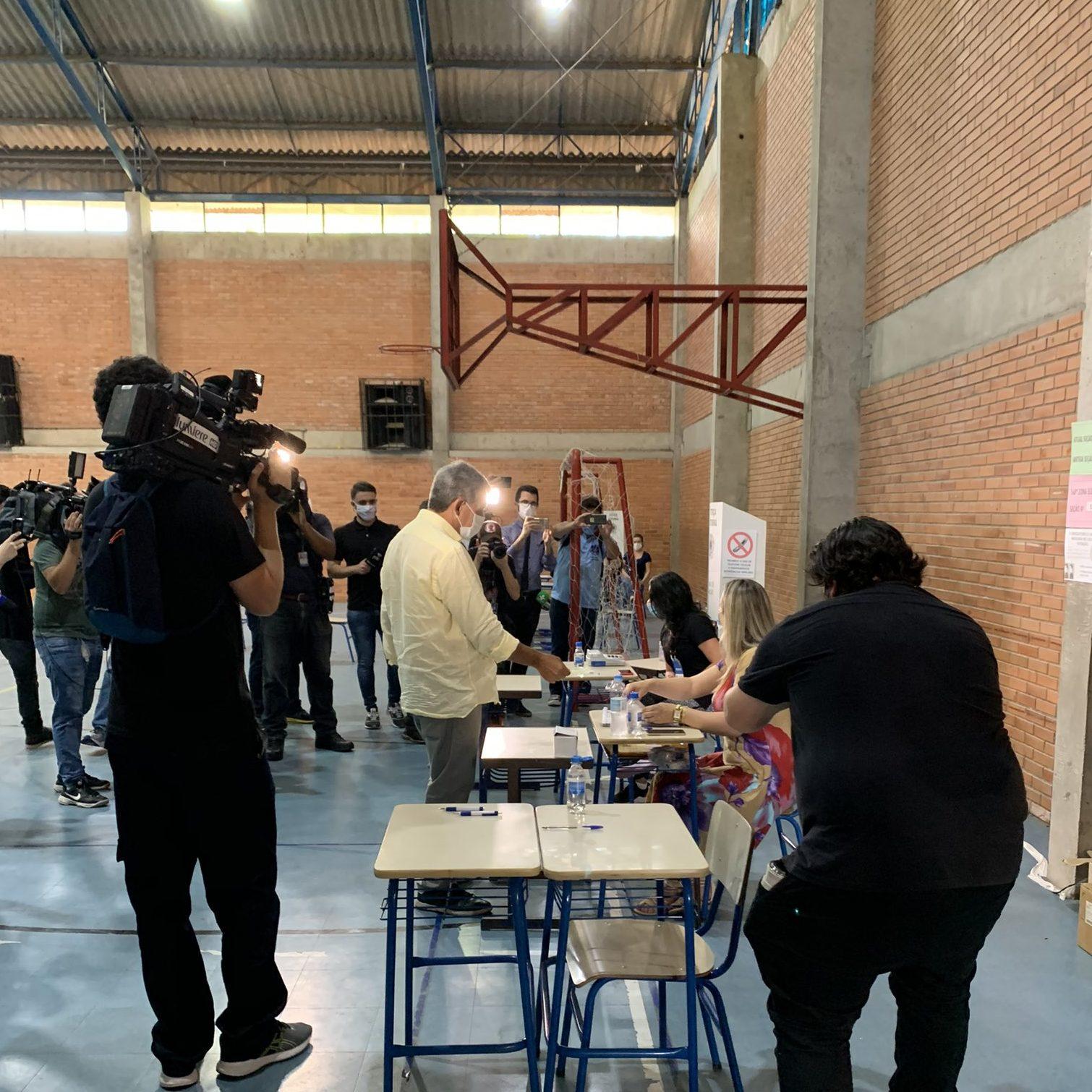 Sebastião Melo vota em Porto Alegre e aguarda apuração em casa