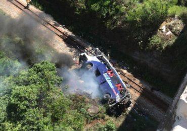 Ônibus cai de viaduto em MG e deixa mortos e feridos