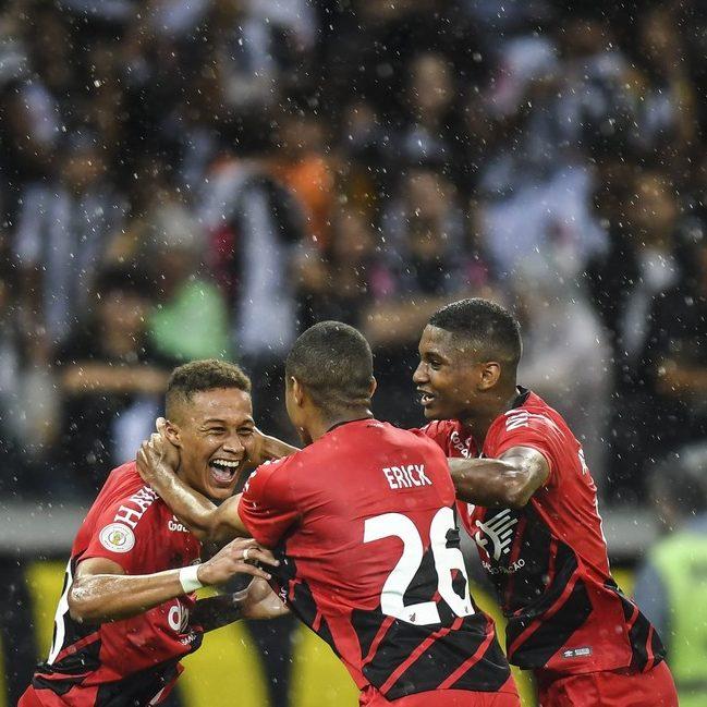 Atlético-MG enfrenta o Athletico-PR para encostar na liderança