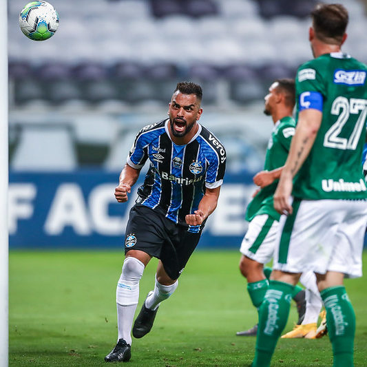 Grêmio vence o Goiás e cola no G-4 do Campeonato Brasileiro