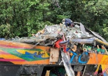 Capotamento de ônibus deixa ao menos 14 mortos no Paraná