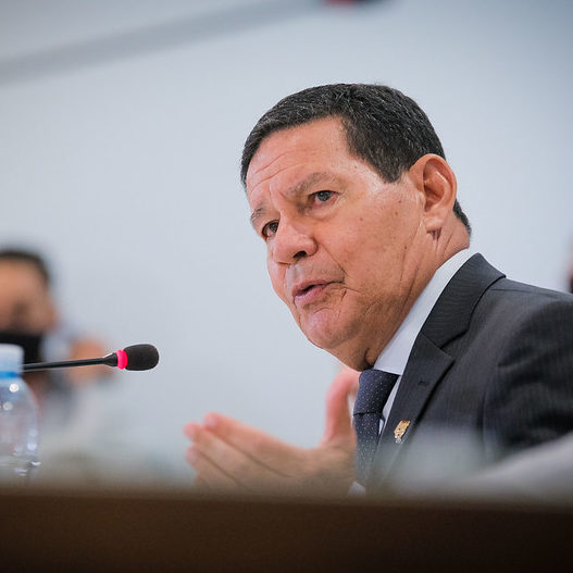 Mourão diverge de Bolsonaro e diz que vai tomar vacina