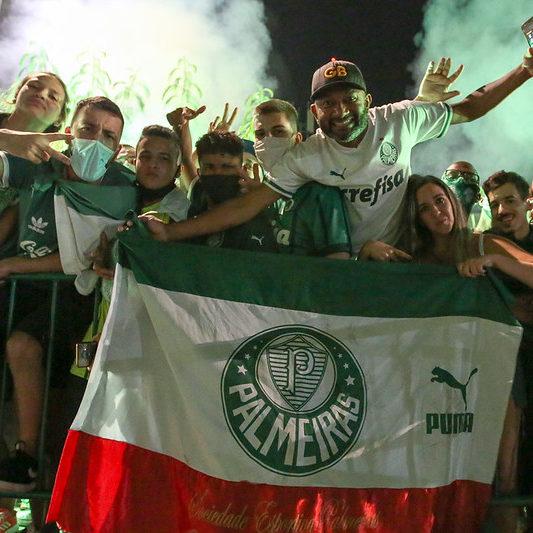 Aglomeração de torcedores marca comemoração do título do Palmeiras