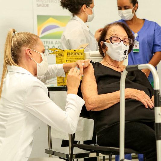 Cinco gaúchos recebem juntos as primeiras doses da vacina