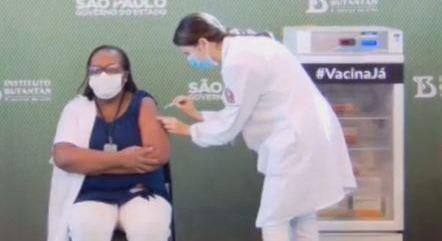 Primeira brasileira vacinada contra a Covid-19 é enfermeira de SP