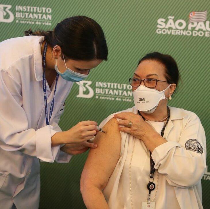 Profissionais da saúde de SP começam a receber 3ª dose