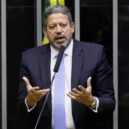 Lira tem mais de 100 pedidos de impeachment contra Bolsonaro