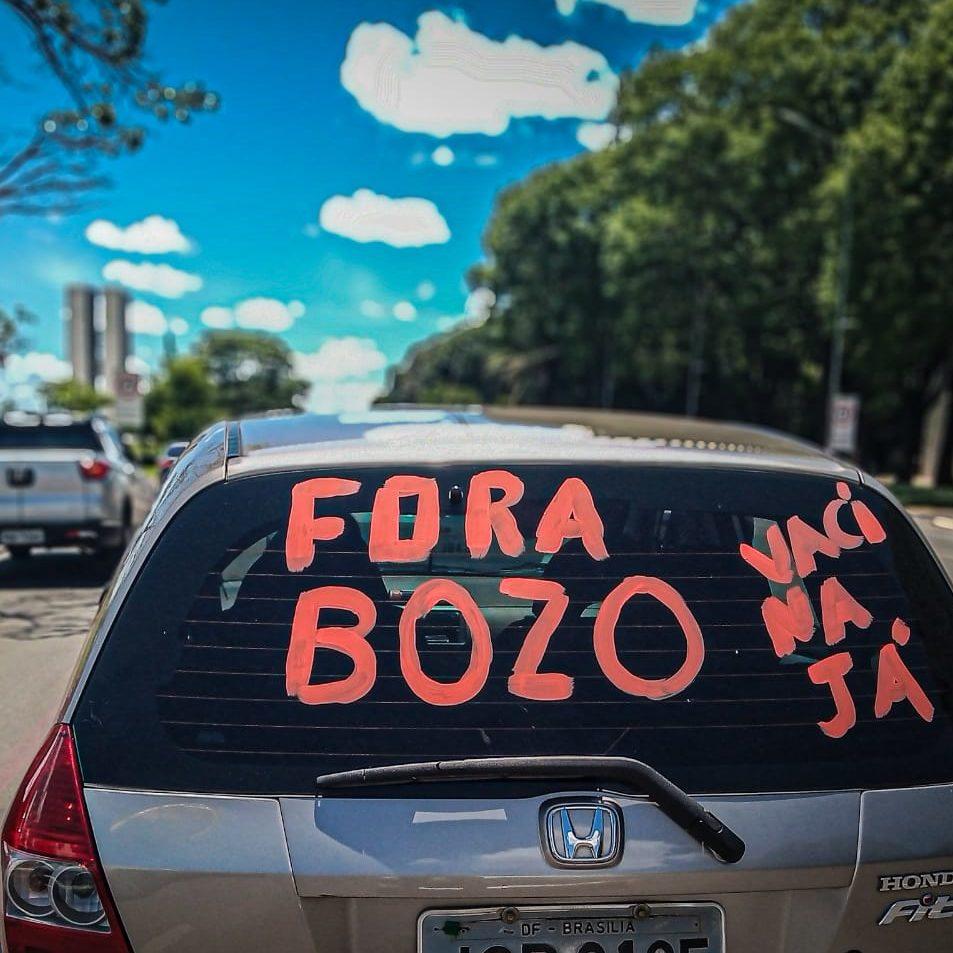 """Brasileiros pedem """"Fora Bolsonaro"""" em todos os estados e no DF"""