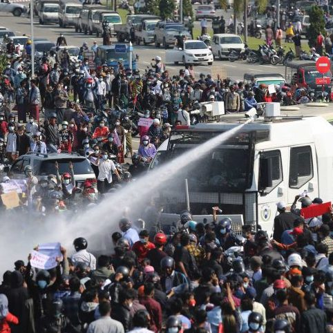 Polícia de Mianmar reprime protestos contra o golpe de Estado