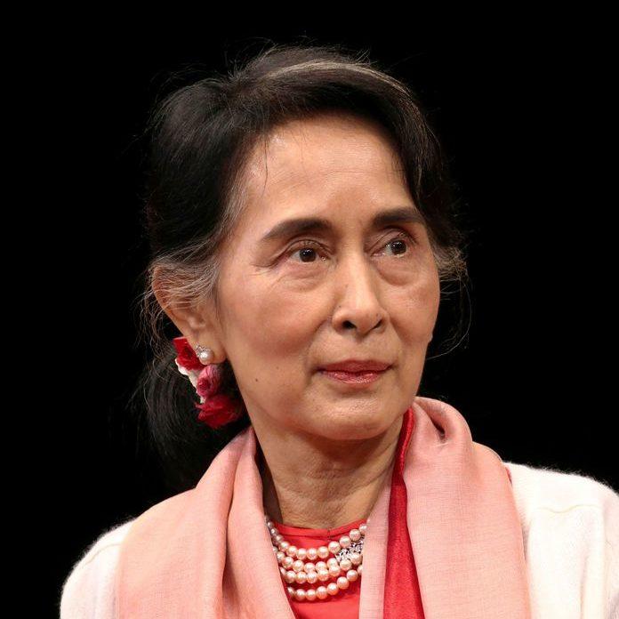 Aung San Suu Kyi participa de audiência em tribunal de Mianmar