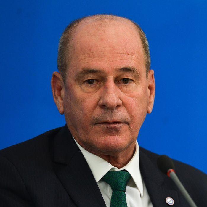 Ministro da Defesa pede demissão do cargo