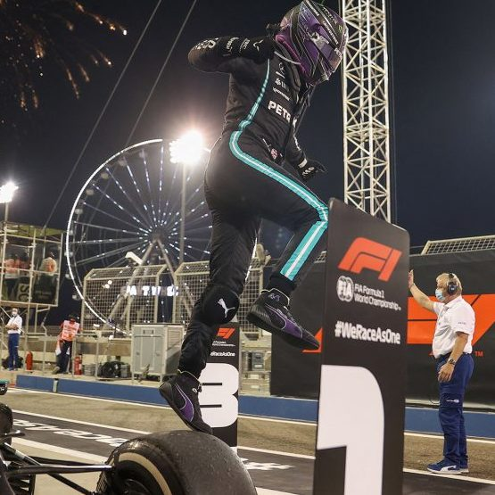 Lewis Hamilton abre temporada da F-1 com vitória no GP do Bahrein