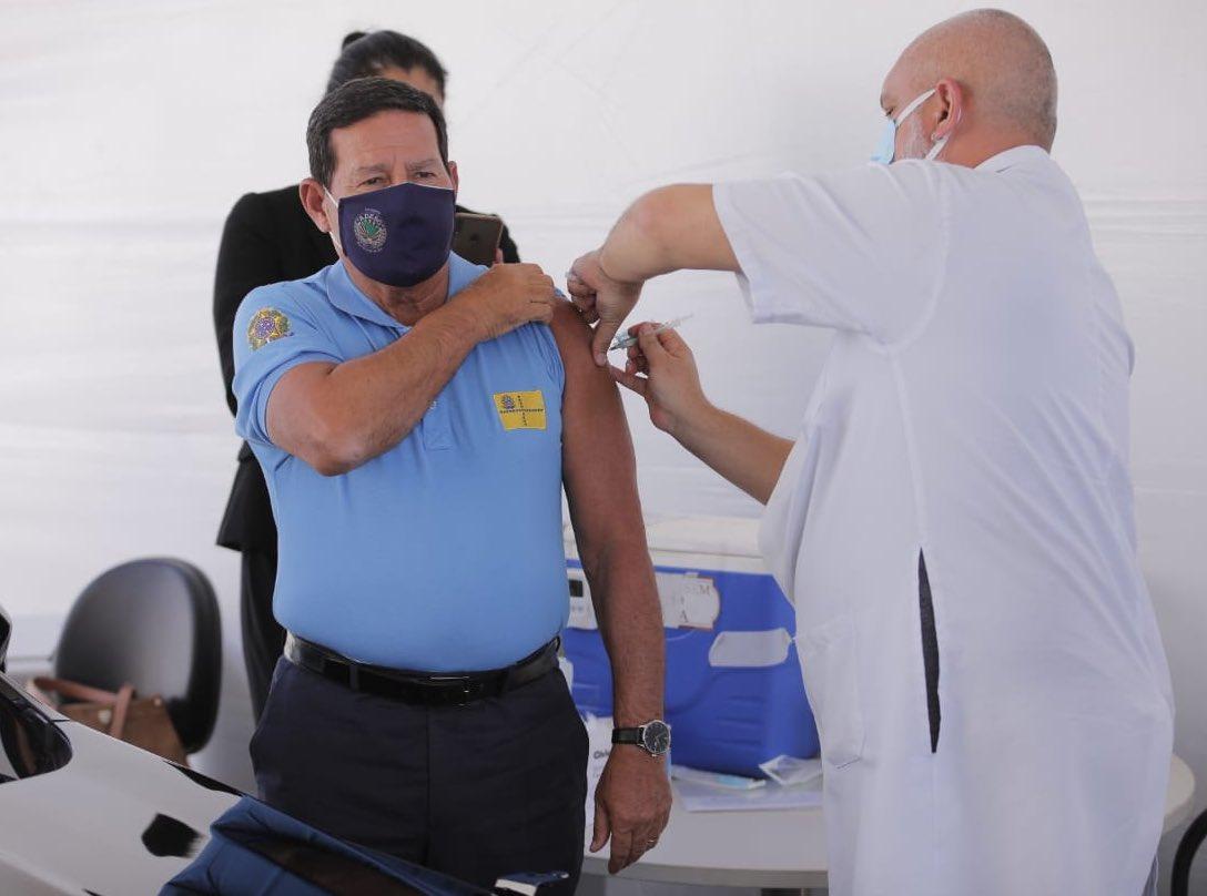 Vice-presidente Hamilton Mourão é vacinado contra Covid em Brasília
