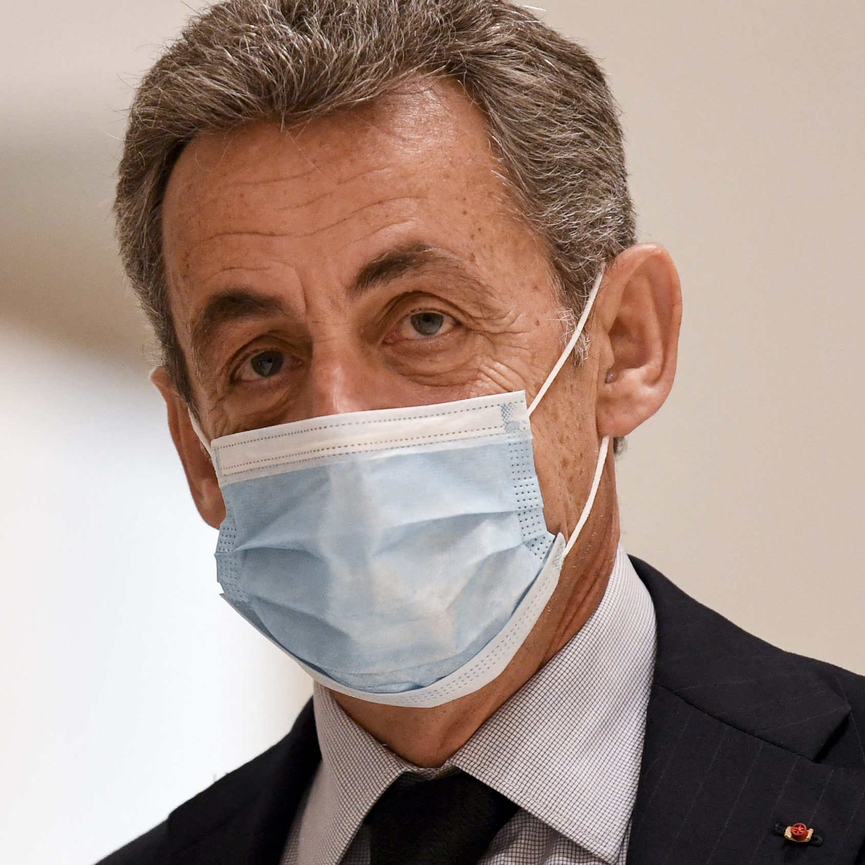 Ex-presidente francês é condenado a prisão por corrupção
